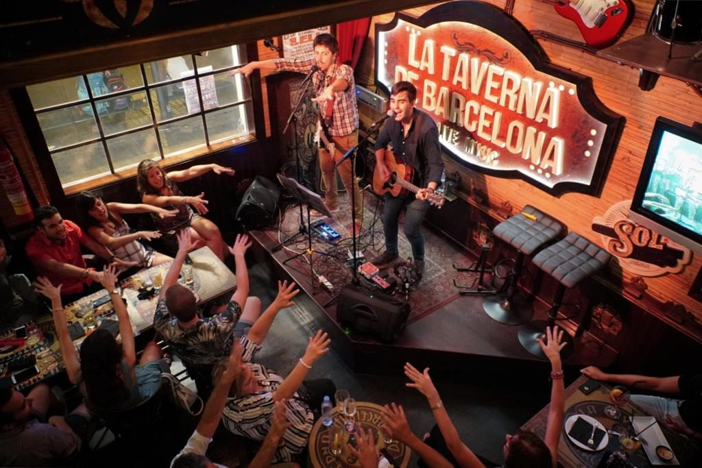 Old Shanela playing twist and shout at la taverna de Barcelona